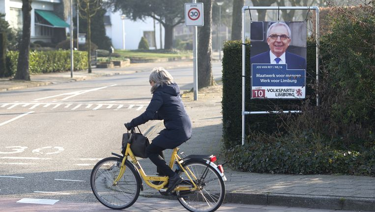 Een verkiezingsbord van de Liberale Volkspartij Roermond met een foto van Jos van Rey in het kader van de Provinciale Statenverkiezingen 2015. Beeld null