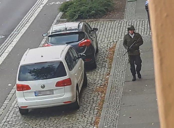 De politieman stelde voor zich te verkleden als de aanslagpleger die in oktober vorig jaar twee mensen doodschoot in Halle.