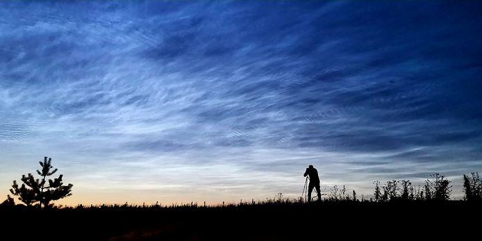 Weerman Raymond Klaassen in actie als hij op 21 juni lichtende nachtwolken fotografeert.