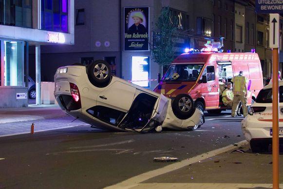 De bestuurster kwam op haar dak terecht nadat ze het geparkeerd voertuig aanreed.