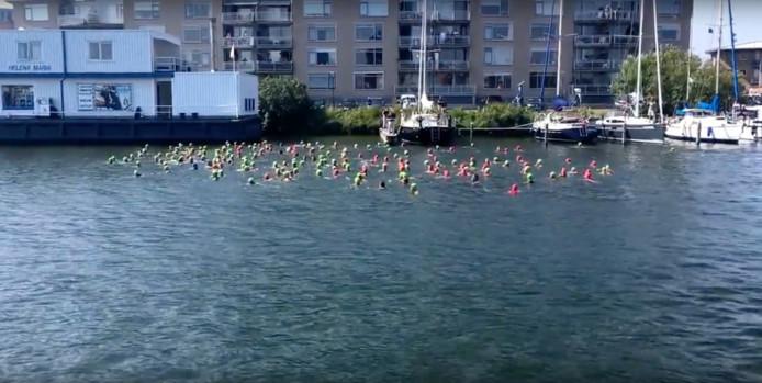 De deelnemers startten zaterdag met 500 meter zwemmen.